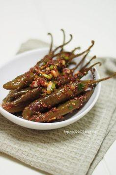 <소금고추장아찌> 하은아빠가 요즘 좋아라 하며 먹고 있는 반찬이예요 ^^ 지난번 간장으로 담은 간장... Spicy Recipes, Asian Recipes, Cooking Recipes, Japanese Recipes, Korean Dishes, Korean Food, Daily Meals, Food Plating, No Cook Meals