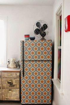 Un frigo rhabillé de papier peint vintage - DIY : relooking déco avec du papier peint - CôtéMaison.fr