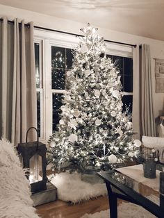 Are you looking for inspiration for christmas aesthetic?Navigate here for cool Christmas inspiration.May the season bring you joy. Christmas Mood, Noel Christmas, Christmas Meals, Christmas Music, Christmas Cookies, Christmas Activities, Christmas Gifts, Christmas Tree Goals, Winter Wonderland Christmas