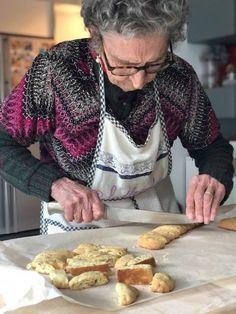 i tozzetti di Nonna Cecilia tutta questione di tostatura... - LADdicted Italian Cookie Recipes, Italian Cookies, Italian Desserts, Biscotti Biscuits, Biscotti Cookies, Biscuit Dessert Recipe, Dessert Recipes, Cantuccini Recipe, Grandma Cooking