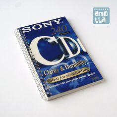 Libreta hecha a mano reciclando la caja de una vieja cinta de vídeo VHS.