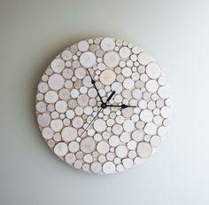 Was ihr dafür braucht ist eine Runde Holzplatte (kann man sich im Baumarkt zuschneiden lassen), Holzscheiben, ein Uhrwerk, Sekunden/Kraftkleber und Eine Bohrmaschine. Die Holzscheiben mit dem Kleber auf die Holzplatte kleben, ein Loch in die Mitte hineinbohren, Uhrwerk befestigen und fertig ist eure neue Holzscheiben-Uhr (gesehen auf urbanplusforest.com)