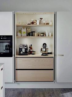 An integrated kitchen, it& so chic!- Une cuisine intégrée, c'est tellement chic ! An integrated kitchen, it& so chic! decocrush – www. Hidden Kitchen, Kitchen Pantry, New Kitchen, Kitchen Interior, Kitchen Storage, Kitchen Decor, Country Kitchen, Kitchen Ideas, Pantry Cupboard