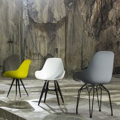 Deze hippe stoelen van Kubikoff zijn verkrijgbaar in verschillende kleuren voor het kuipje gecombineerd met verschillende onderstellen.