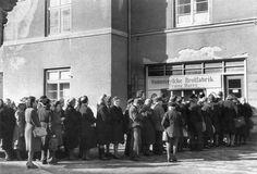 HANNOVER Wenn es Lebensmittel gab, bildeten sich rasch Schlangen, wie vor der Harry-Brotfabrik.