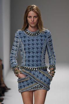 Balmain – Fashion Week Paris – Spring / Summer 2014. Blue, black and white mini dress with long sleeves