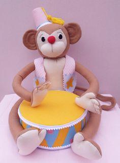 Macaco com tambor- festa circo vintage,    Macaco todo confeccionado em feltro e tecido 100% algodão.  Tambor todo feito em isopor e feltro e pode ser utilizado como apoio para doces, tanto da mesa de bolo, quanto na mesa de doces.  Macaco sentado mede 45 cm de altura.  Tambor tem 25 cm de diâmet...