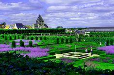 Z ogrodowych i zamkowych tarasów roztacza się kolorowy widok na tematyczne ogrody i przylegające miasteczko.