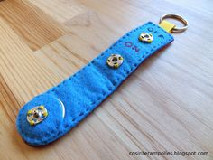 Sew i fer ampoules: Felt keyring with On / Off button and leds Science Electricity, E Textiles, Felt Keychain, Diy Electronics, Science Art, Arduino, New Product, Diy And Crafts, Techno
