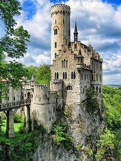 Se llama castillo Lichtenstein, y está situado en un acantilado cerca de Honau, en Alemania. Aunque el que vemos hoy es un castillo construido en 1840, en el mismo sitio, hubo un castillo construido en el siglo XII y que posteriormente cayó en ruinas por siglos hasta casi desaparecer. Hoy el castillo es propiedad de los Duques de Urach y está abierto a los visitantes.