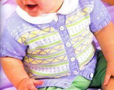 Un gilet à manches courtes pour bébé, mélange de jacquard simple de couleur lilas, jaune, blanc et vert. Tailles : 3 mois à 4 ans Aiguilles : 3 Le gilet rayé rose et blanc Le gilet graphique