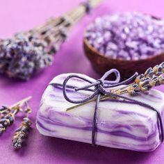 Seifen-Rezept für eine marmorierte Seife mit Lavendel und Mandelöl mit nur 4 Zutaten. www.ihr-wellness-magazin.de
