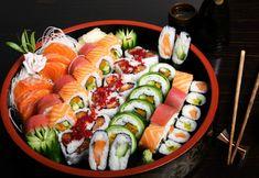 Il Sushi è il piatto tradizionale giapponese a base di riso cotto con aceto, combinato insieme ad altri ingredienti, di solito pesce crudo. (wallsave.com)