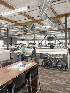 Open office space at Specialized Bicycle Components. Office Space Planning, Open Space Office, Commercial Office Space, Open Ceiling, Facade Architecture, Masterplan Architecture, Office Lounge, Lounge Design, Interior Design Magazine