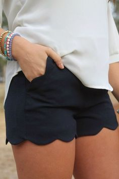 I definitely like these. I put these shorts on my must find list. Calçãozinho recortado, lindo