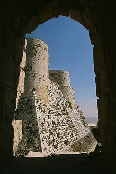 Krak des Chevaliers - A Crusader castle in Syria and one of the most important preserved medieval castles in the world. Medieval Castle, Medieval Fantasy, Laos, Syria Now, Syria Before And After, Krak Des Chevaliers, Palmyra Syria, Naher Osten, Syria Conflict