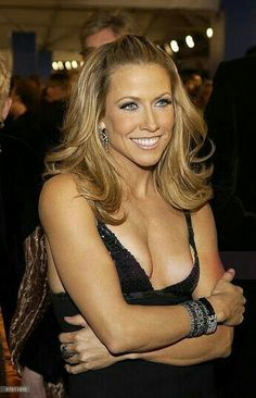 Listen to every Sheryl Crow track @ Iomoio Female Guitarist, Female Singers, Beautiful Celebrities, Beautiful Women, Divas, Sheryl Crow, Women Of Rock, Blonde Beauty, Actors & Actresses