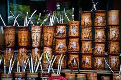 Esos son tereré, una bebida típica de Paraguay. Paracerse a yerba maté, pero está fría. [Gillie Roberts] Yerba Mate, Latin America, South America, Southern Cone, Romantic Things To Do, Spanish Speaking Countries, The Beautiful Country, Places Around The World, Bolivia
