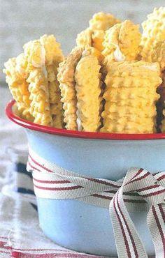 Vakansie sonder koekies is mos nie vakansie nie. Vlakoekies is altyd 'n wenner en perfek vir 'n peuselhappie voor 'n oggendstappie op die strand. Custard Biscuits, Custard Cookies, Coffee Biscuits, Cream Biscuits, Baking Biscuits, South African Desserts, South African Recipes, Africa Recipes, Kos