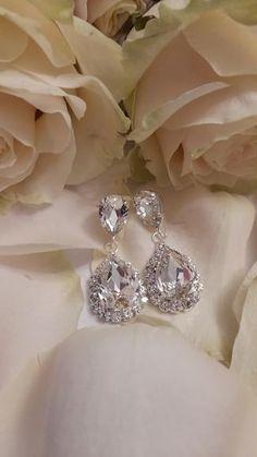 Τα κρύσταλλα των σκουλαρικιών είναι κρύσταλλα swarovski σε διάφανη απόχρωση. Το μέταλλο είναι επάργυρο nickel free υποαλλεργικό. Ύψος : 4,5 εκατοστά Κωδικός : 0012232 Wedding Earrings, Diamond Earrings, Engagement Rings, Crystals, Swarovski, Jewelry, Products, Fashion, Wedding Plugs