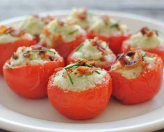 """Tomates recheado  Receita  Ingredientes  9 Tomates 1/2 peito de frango cozido e desfiado  3 colheres de requeijão cremoso  Sal a gosto Pimenta a gosto Queijo ralado a gosto  Bacon  Modo de preparo:  Corte uma """"tampinha"""" nos tomates . Com uma colher, retire a polpa do tomate (coloque em um saquinho e congele, depois vira um molho delicioso). Recheie os tomates com o frango desfiado e requeijão cremoso  Por cima do recheio, coloque o queijo ralado  Decore com cebolinha e bacon  Leve ao forno…"""
