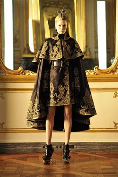 Alexander McQueen Fall 2010 RTW - Runway Photos - Fashion Week - Runway, Fashion Shows and Collections - Vogue - Vogue ( Garnache today) Style Haute Couture, Couture Mode, Couture Fashion, Runway Fashion, Paris Fashion, Vogue Fashion, Queen Fashion, Trendy Fashion, Fashion Art
