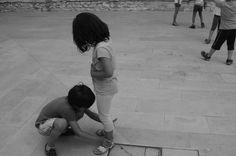 I bambini s'incontrano con grida e danze sulla spiaggia di mondi sconfinati costruiscono castelli di sabbia e giocano con conchiglie vuote, con foglie secche intessono barchette e sorridendo le fanno galleggiare sulla superficie del mare, i bambini giocano sulla spiaggia dei mondi non sanno nuotare né sanno gettare le reti. (TAGORE)  Il giardino della creatività, laboratori artistico-creativi a Corato.  #theatre #inscena #noiamiamoilteatro #attore #actor #dettaglidibari #cultura #expo…
