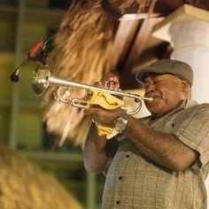 No @holidayinnaruba @holidayinn a diversão começa cedinho da manhã e vai até a noite agora este incrível trompetista está animando o pessoal . . . . . . . . . #HolidayInnAruba #holidayinn #JoyofTravel #holidayinnresort #Aruba #OneHappyIsland #arubablue #arubabeach #arubalife #arubabonbini #arubaisland #arubatourism #arubaonehappyisland #FelizEmAruba #DescubreAruba #ilovearuba #aftcomunicacao #blogueirorbbv #travel #aruba_br  #ComerDormirViajar #CDVTripAruba #CDVTripHIAruba #MiDestinoCopa…
