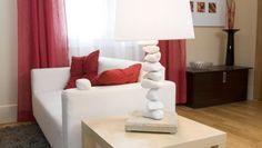 En este briconsejo vamos a realizar una original lámpara de mesa. Atentos al vídeo de Bricomanía y al paso a paso para construir esta lámpara de mesa original.