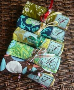 I think I am going to try and make one of these with my left over quilting fabric, Jewelry rolls look like a great idea to store your jewelry when you travel and the little pockets inside help keep necklaces from tangling or earrings from falling out.  Nifty!