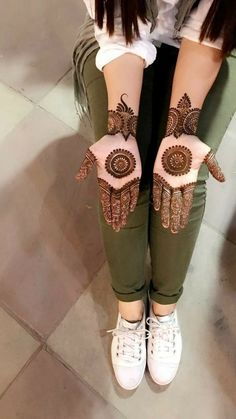 Explore Best Mehendi Designs and share with your friends. It's simple Mehendi Designs which can be easy to use. Find more Mehndi Designs , Simple Mehendi Designs, Pakistani Mehendi Designs, Arabic Mehendi Designs here. Henna Hand Designs, Dulhan Mehndi Designs, Mehndi Designs Finger, Latest Bridal Mehndi Designs, Stylish Mehndi Designs, Mehndi Designs For Girls, Mehndi Design Photos, Wedding Mehndi Designs, Beautiful Mehndi Design