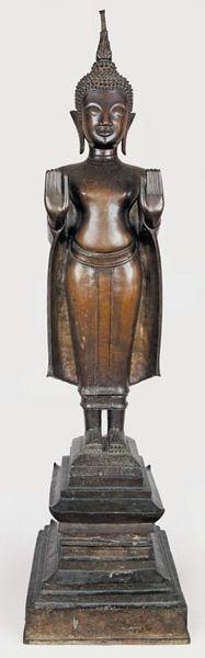 Bouddha debout en bronze à patine brune dans le geste de l'absente de crainte (abhaya mudra). Laos, XVII / XVIIIe siècle. Haut. : 102 cm.