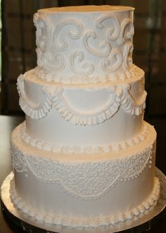 Buttercream frosting wedding cakes - wedding and bridal inspiration кремовы Traditional Wedding Cake, Traditional Cakes, Fall Wedding Cakes, Wedding Cake Designs, White Buttercream Frosting, Buttercream Ideas, Wedding Cake Frosting, Butter Icing, Cupcake Cakes