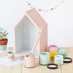 On craque pour ces petites maisons, idéales pour mettre en scène nos plus belles trouvailles. Du bois découpé, de la peinture, et voilà des petites boîtes irresistibles, à placer dans le ...