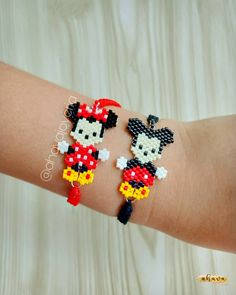 Peyote Stitch Patterns, Beading Patterns, Perler Bead Art, Perler Beads, Mickey Y Minnie, Bead Loom Bracelets, Beaded Ornaments, Brick Stitch, Loom Beading