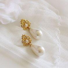 35 Ideas bridal earrings on bride for 2019 Handmade Bridal Jewellery, Bridal Jewelry Vintage, Pearl Earrings Wedding, Wedding Jewelry, Gold Jewelry, Jewelry Shop, Jewelry Stand, Pearl Bridal, Jewelry Holder
