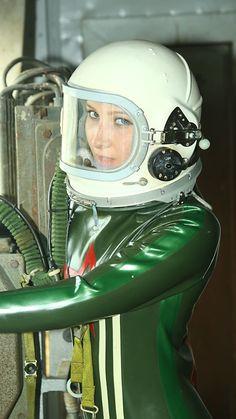 Latex Wear, Latex Suit, Atomic Punk, Space Girl, Space Age, Mode Latex, Latex Cosplay, Hazmat Suit, Scuba Girl