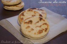 Focaccine alla ricotta cotte in padella facili e veloci al posto del pane o per buffet. Con questa ricetta in un'ora avrete delle focaccine alla ricotta..