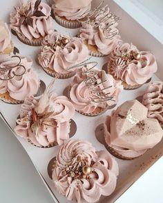 Cake Decorating Techniques, Cake Decorating Tips, Elegant Birthday Cakes, Cake Decorating Frosting, Pretty Cupcakes, Sweet Box, Cute Desserts, Cake Art, Cake Designs