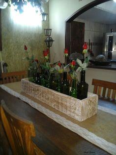 Esta caixa fiz com a ajuda do marido, garrafinhas e flores, lindo arranjo de mesa!
