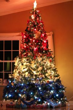 Patriotic Christmas Tree in red white and blue - http://worldtravelerreviews.com/oh-christmas-tree/