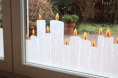 Weihnachtliche Fensterdeko: Transparentpapier-Kerzen basteln Christmas window decoration: make transparent paper candles de Noël Decoration Creche, Christmas Window Decorations, Decoration Design, Christmas Candles, Easy Christmas Crafts, 1st Christmas, Simple Christmas, Xmas, Diy Crafts To Do