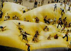 """La """"Mattress"""" de ERG era una estructura de 18x18 metros de planta y 3 metros de altura para ser colonizada por los niños que acudían al festival """"Kind en Leefmillieu"""" (niños y entorno) celebrado en Ámsterdam en 1972 yque anteriormente había formado parte de una pirámide transparente como """"Airground Pyramid"""" (1968), otro de los activadores urbanos utilizados por el grupo ERG. via http://arqueologiadelfuturo.blogspot.com.es"""