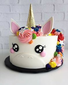 cut unicorn cake