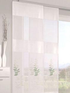 Flächenvorhänge günstig gibt es bei Gardinen-Outlet.com. Halbtransparente Schiebegardine mit blickdichten Webstreifen und hellgrünen Blattmotiven.
