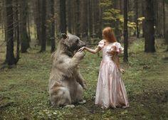 Bär begrüsst Mädchen Tierfotografie im Wald