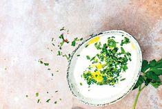 Lahodná omáčka, která je lehce pikantní, je připravená ze zakysané smetany a dochucená pečeným česnekem, citronovou šťávou a olivovým olejem. Podávat jí můžete třeba ke grilovanému masu. #recept #smetana #cesnek #pecenycesnek #zakysanasmetana #omacka #recipe #garlic #dip #sourcream Sour Cream, Plates, Tableware, Lemon, Licence Plates, Dishes, Dinnerware, Griddles, Tablewares