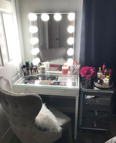 We love featuring the Hollywood Glow XL We love featuring the Hollywood Glow XL in white ✨Chambre : la coiffeuse est de nouveau tendance ! Vanity Room, Vanity Decor, My New Room, My Room, Glam Room, Aesthetic Bedroom, Makeup Rooms, Room Planning, Beauty Room