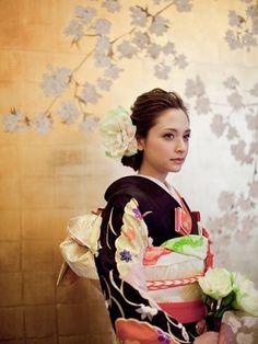 結婚式のヘアスタイル、和装の場合ってどんなものがあるのでしょうか。最近はお色直しで和装にする人や、神前式で結婚式をする人も多いです。筆者もそんな花嫁の一人でした。和装って本当に素敵ですが、髪型がなかなか難しい!そこで今日は和装のヘアスタイルをあらためて見ていきたいと思います。 結婚式の和装はどんなヘアスタイル?  出典:https://pinterest.com 近年芸能人から火がついて、和装での結婚式が大ブーム。 和装ならもちろん、髪型も和装でオシャレに決めたいですよね。 ひとくちに和装髪型といっても、伝統的な髪型から、最新のヘアスタイルまで、その種類は様々です。 今日は和装の伝統的なヘアスタイルのおさらいから、成功の秘訣までを教えます。 写真で確認♪ 和装のヘアスタイルおさらいとその成功の秘訣 文金高島田  出典:http://salon-de-novia.com  出典:http://wedding-marche.jp まずは一番スタンダードな髪型。文金高島田です。 綿帽子をかぶりたい!という花嫁さんはかつらをかぶってこの髪型にすることが一般的。…