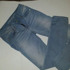 REDUCED! American Eagle Skinny Stretch Jeans NWOT Size 4 short New without tags, light wash Skinny Super Super Stretch Jeans 78% cotton 20% polyester 2% elastane These will be the perfect addition to your closet! American Eagle Outfitters Jeans Skinny